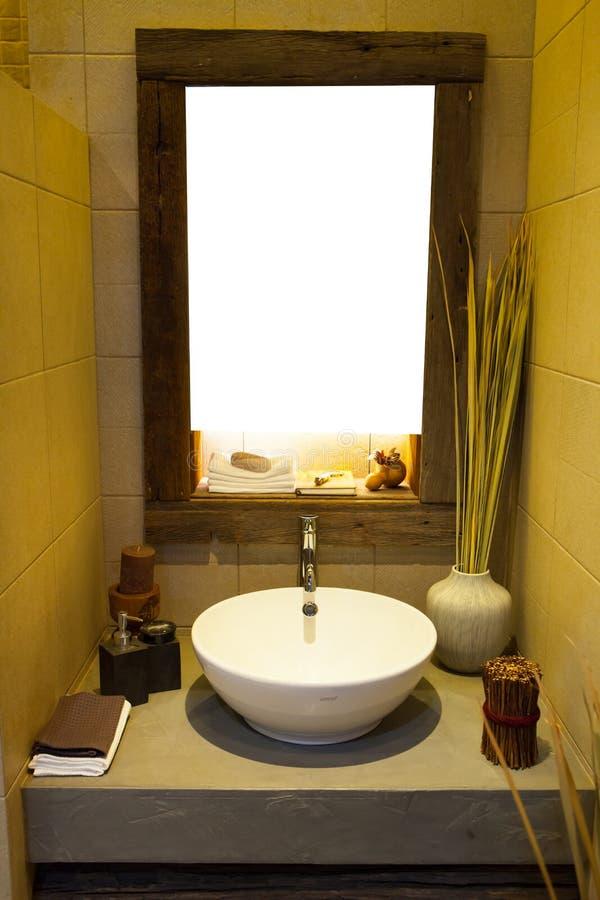 Badruminre med vasken och vattenkranen fotografering för bildbyråer