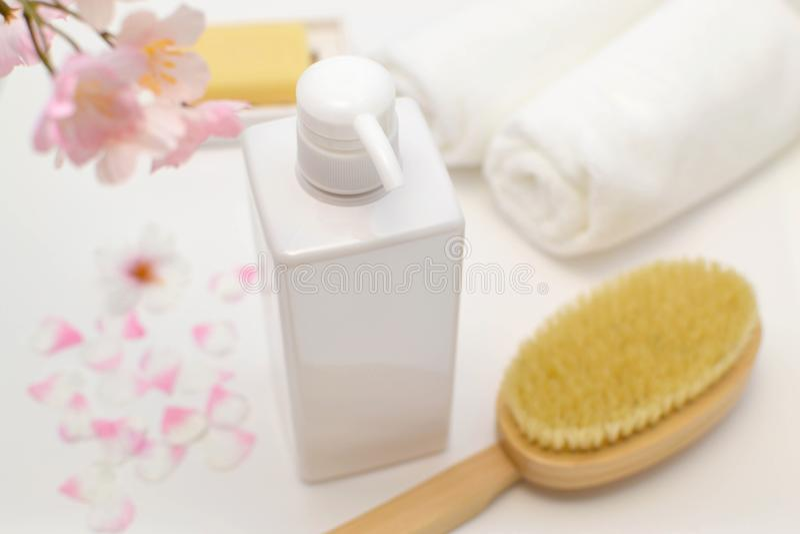 Badtillförsel liksom schampo och handdukar royaltyfri fotografi