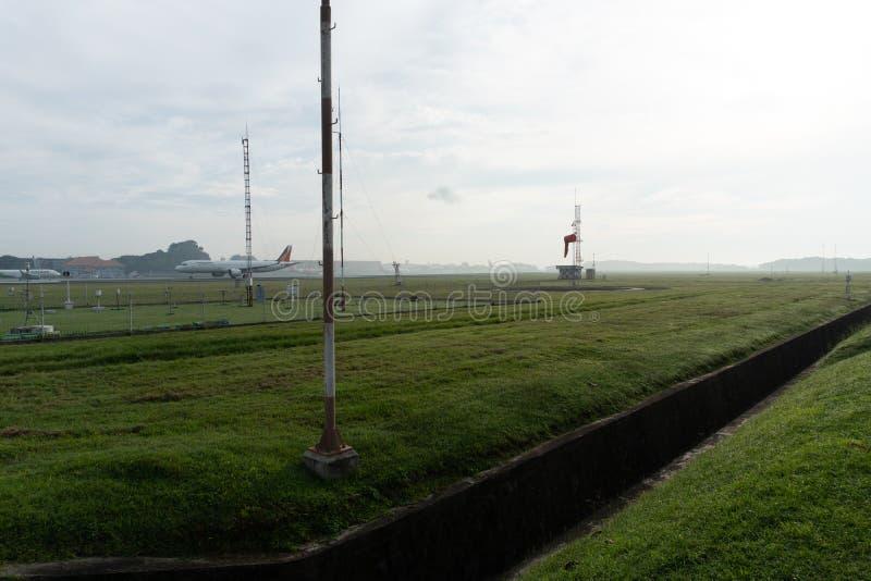 BADUNG/BALI- 14 ΑΠΡΙΛΊΟΥ 2019: Ένα τοπίο του μετεωρολογικού κήπου στον αερολιμένα Μπαλί Ngurah Rai το πρωί όταν το πλήρες γκρι ου στοκ φωτογραφία