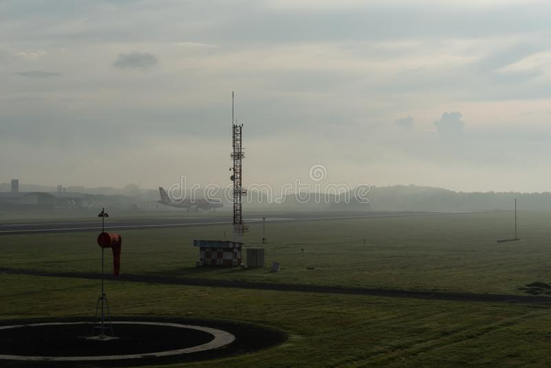 BADUNG/BALI-, 14. APRIL 2019: Eine Landschaft des meteorologischen Gartens an Ngurah Rai-Flughafen Bali morgens wenn der Himmel v lizenzfreie stockbilder