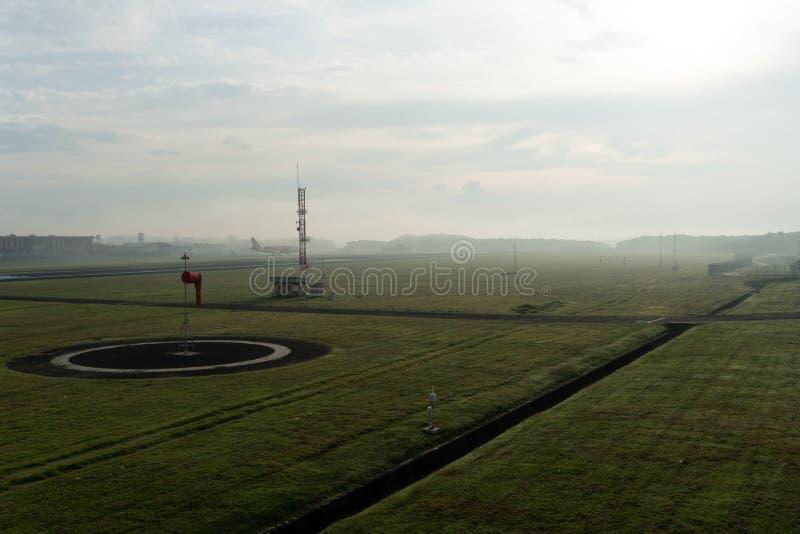 BADUNG/BALI-APRIL 14 2019: Krajobraz Meteorologiczny ogr?d przy Ngurah Rai Lotniskowy Bali w ranku gdy niebo folowa? popielatego obraz stock