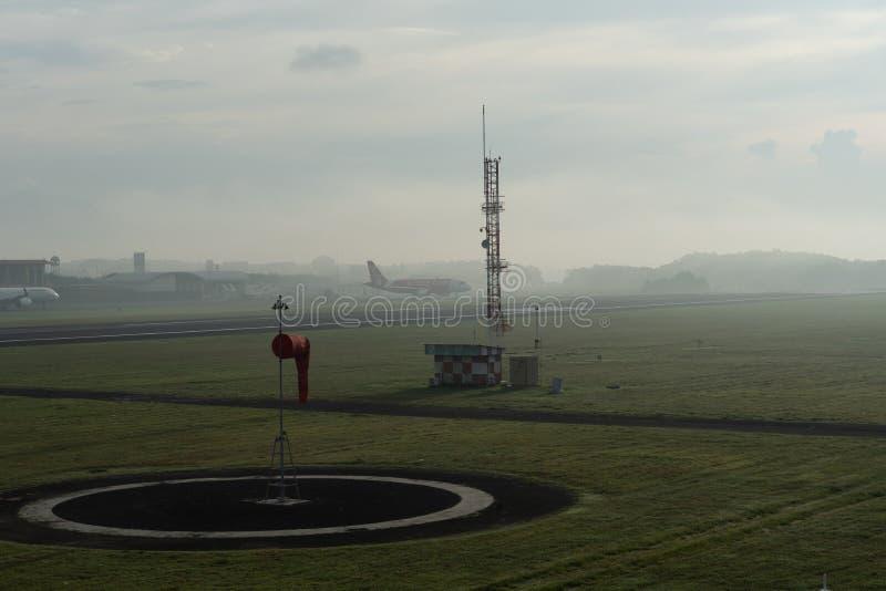 BADUNG/BALI-APRIL 14 2019: Krajobraz Meteorologiczny ogr?d przy Ngurah Rai Lotniskowy Bali w ranku gdy niebo folowa? popielatego zdjęcie royalty free