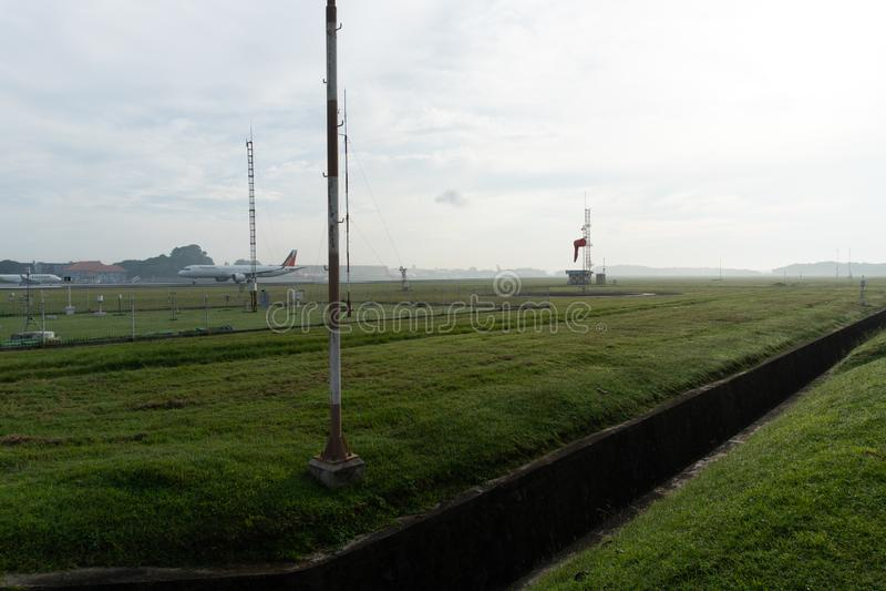 BADUNG/BALI- 14 APRILE 2019: Un paesaggio del giardino meteorologico all'aeroporto Bali di Ngurah Rai di mattina quando il cielo  fotografia stock