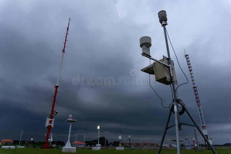 BADUNG, BALI 11 DE ABRIL DE 2019: uma estação meteorológica automática portátil no aeroporto de Ngurah Rai sob as nuvens de cúmul fotografia de stock