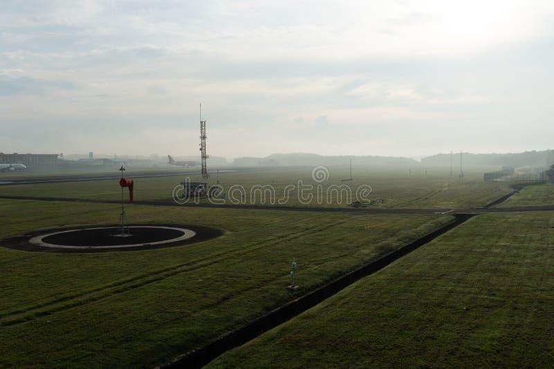 BADUNG/BALI- 14 DE ABRIL DE 2019: Uma paisagem do jardim meteorol?gico no aeroporto Bali de Ngurah Rai na manh? em que o c?u comp imagens de stock royalty free
