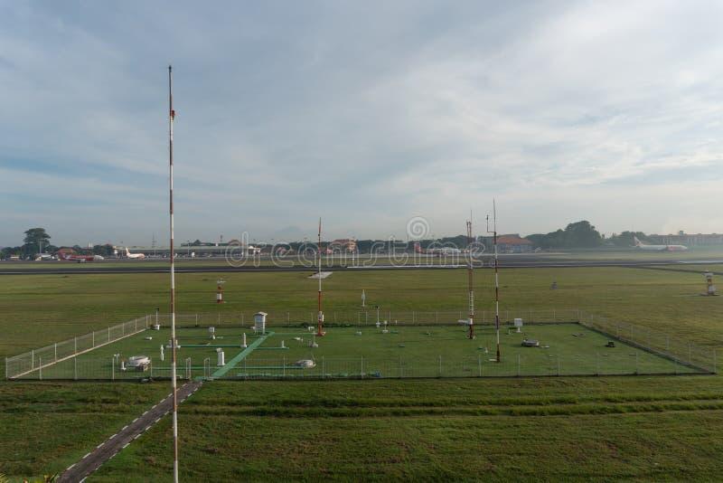 BADUNG/BALI- 7 DE DICIEMBRE DE 2017: Un paisaje del jard?n meteorol?gico en el aeropuerto Bali de Ngurah Rai por la ma?ana en que fotos de archivo libres de regalías