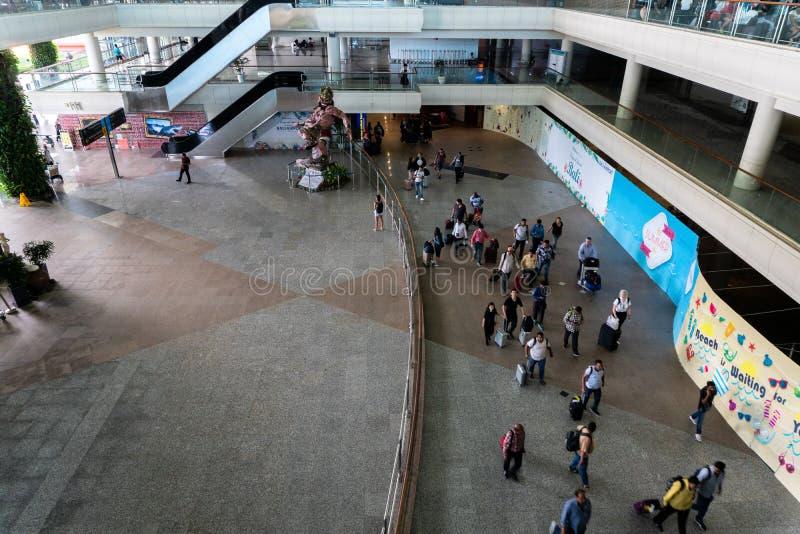 BADUNG/BALI- 28 DE MARZO DE 2019: la atmósfera de la prisa y de la arquitectura del edificio en el área de la llegada del ‹del †foto de archivo