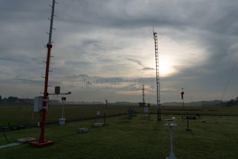 BADUNG/BALI-DECEMBER 07 2017: Krajobraz Meteorologiczny ogr?d przy Ngurah Rai Lotniskowy Bali w ranku gdy niebo folowa? obraz stock