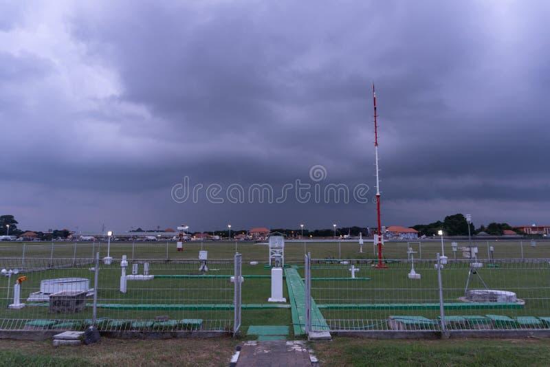 BADUNG/BALI-DECEMBER 07 2017: Meteorologiczny ogród przy Ngurah Rai Lotniskowy Bali gdy niebo pełno zmrok chmury cumulonimbus i zdjęcie stock