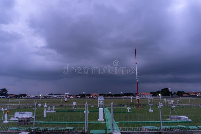 BADUNG/BALI- 7 DICEMBRE 2017: Giardino meteorologico all'aeroporto Bali di Ngurah Rai quando il cielo in pieno del cumulonembo sc immagine stock libera da diritti