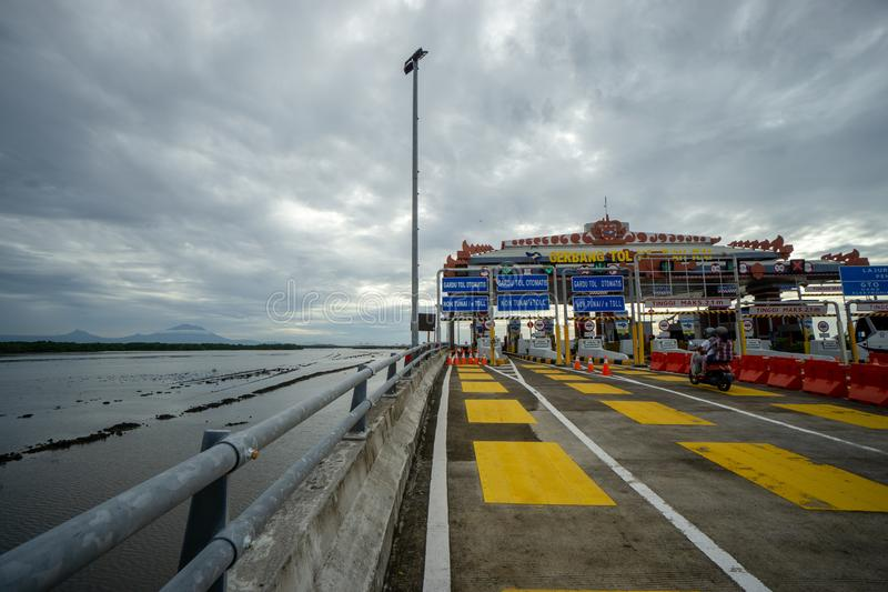 BADUNG, BALI/INDONESIA- 8 ΜΑΡΤΊΟΥ 2019: Άποψη από την πύλη φόρου του Μπαλί Mandara με το υποστήριγμα Agung στο υπόβαθρο στοκ εικόνα με δικαίωμα ελεύθερης χρήσης