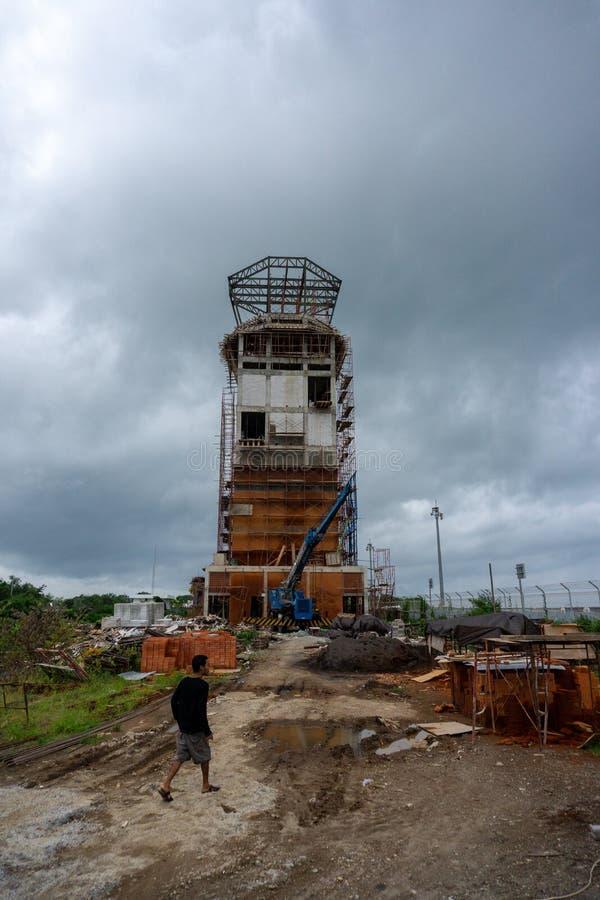BADUNG BALI/INDONESIA-JANUARY 15 2017: Det oavslutade flygtrafikkontrolltornet på den Ngurah Rai flygplatsen Bali royaltyfria foton