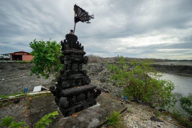 BADUNG, BALI/INDONESIA-MARCH 08 2019: Czarna naturalna kamienna statua dla oferować miejsce zdjęcia royalty free