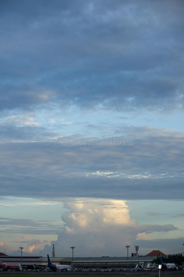 BADUNG BALI/INDONESIA-MARCH 16 2017: Variationsmoln i himlen royaltyfria bilder