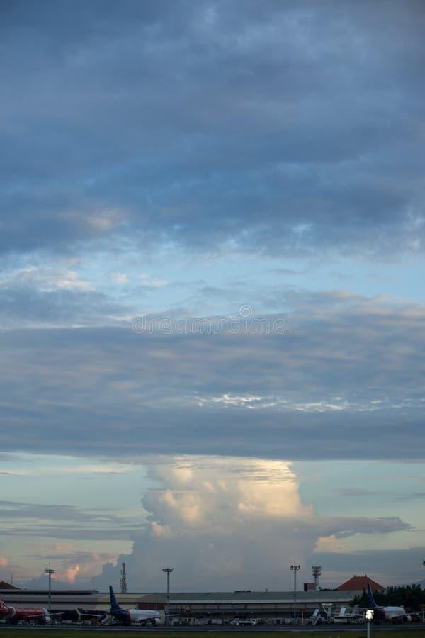 BADUNG, BALI/INDONESIA- 16 MARS 2017 : Nuage de variété dans le ciel images libres de droits