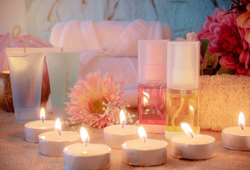 Baduppsättning med stearinljuset i badrum Kroppomsorgprodukt, i att förpacka arkivfoto