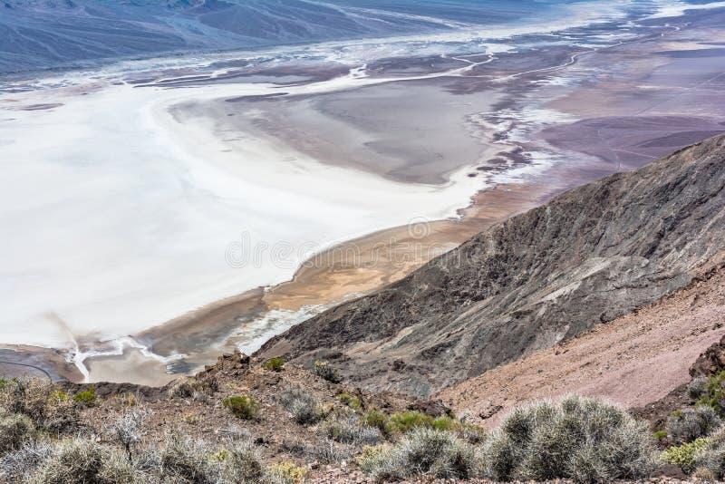 Badwater handfat från den Dantes sikten, Death Valley nationalpark arkivbild