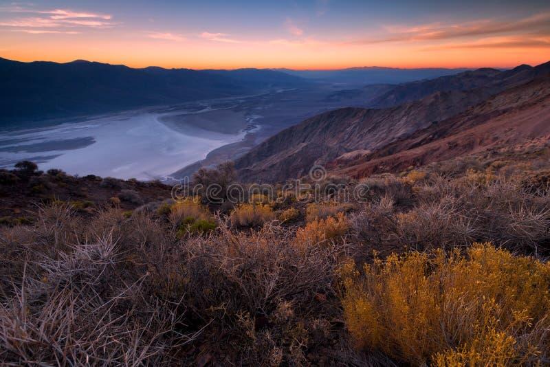 Badwater handfat som ses från sikt för Dante ` s, Death Valley, Kalifornien, arkivbilder