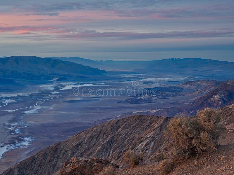 Badwater handfat som ses från sikten för Dante ` s, Death Valley medborgaremedeltal royaltyfri bild