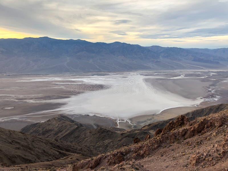 Badwaterbassin van de mening van Dante ` s, het Nationale Pari dat van de Doodsvallei wordt gezien stock foto