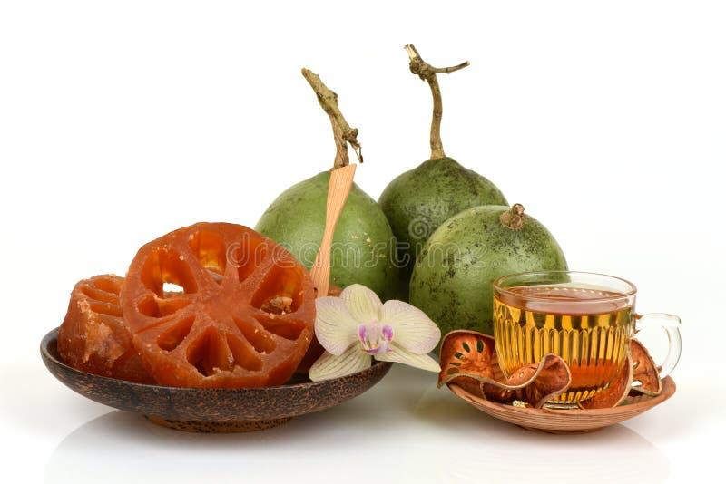 Bael fresco y secado, bael del caramelo y bael del agua, fruta de Tailandia imagen de archivo libre de regalías