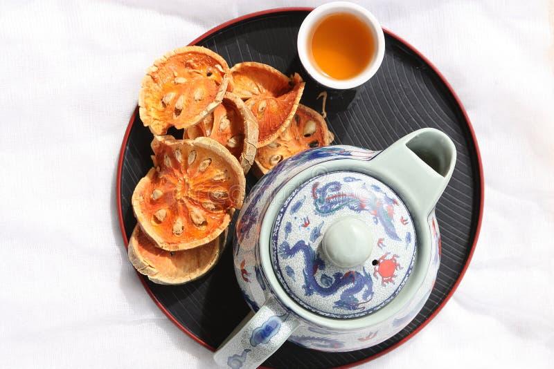 Bael Frucht trocken mit der Teekanne lizenzfreies stockfoto