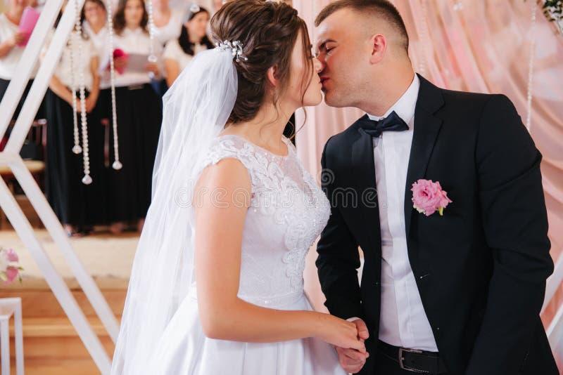 Baeutiful-Hochzeitspaare in der Kirche Gerade verheirateter Bräutigam und Braut familie lizenzfreie stockfotos