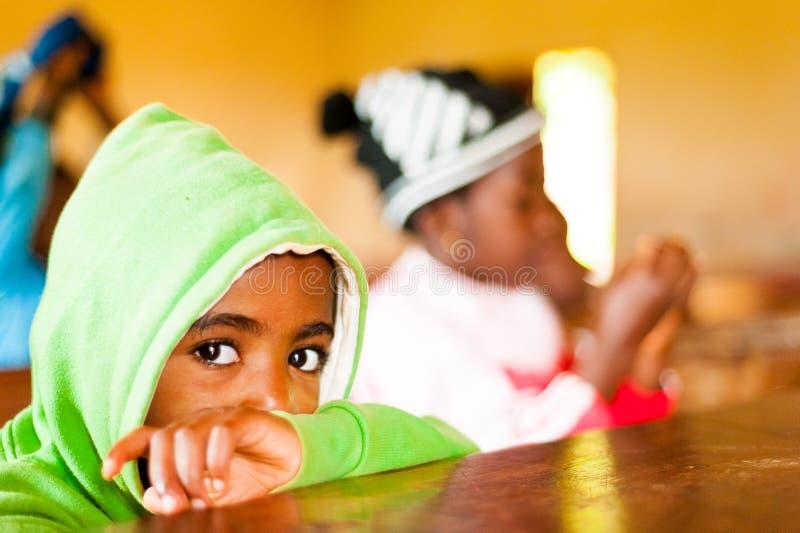 Bafoussam, Καμερούν - 6 Αυγούστου 2018: κλείστε επάνω το πορτρέτο του νέου αφρικανικού κοιτάγματος παιδιών σχολείου κεκλεισμένων  στοκ φωτογραφία
