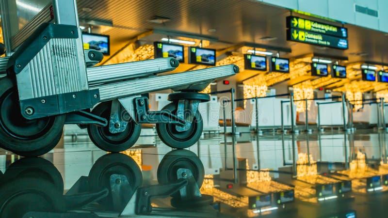 Bagaż fura, tramwaj przed/sprawdzamy wewnątrz odpierającego biurko wśrodku lotniskowego budynku zdjęcie stock