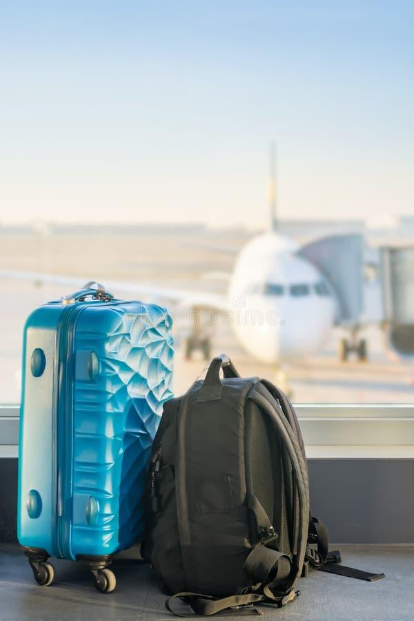 Bagaż przed samolotem z kopii przestrzenią w niebie fotografia stock