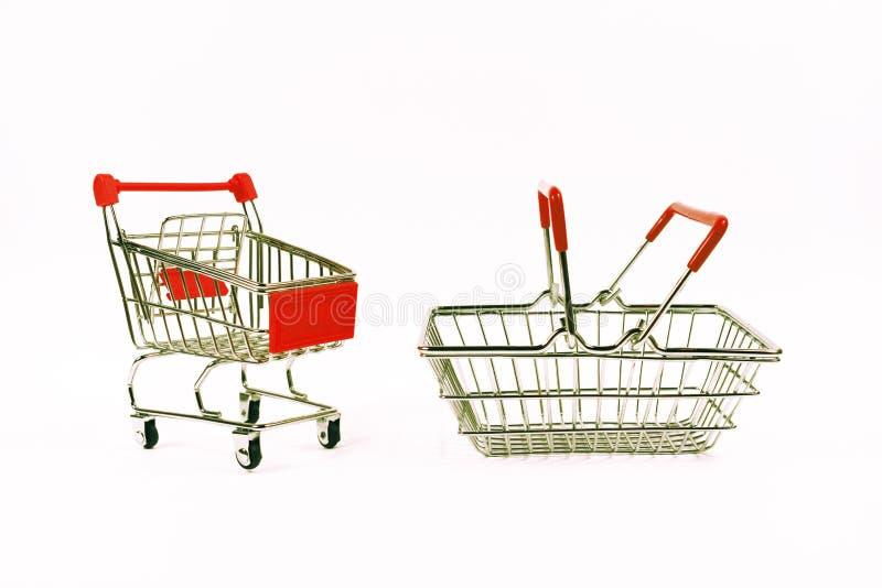bagaże tła koncepcję czworonożne zakupy białą kobietę Wózek na zakupy, sklepu spożywczego tramwaj, karmowy kosz, boczny widok zdjęcie royalty free