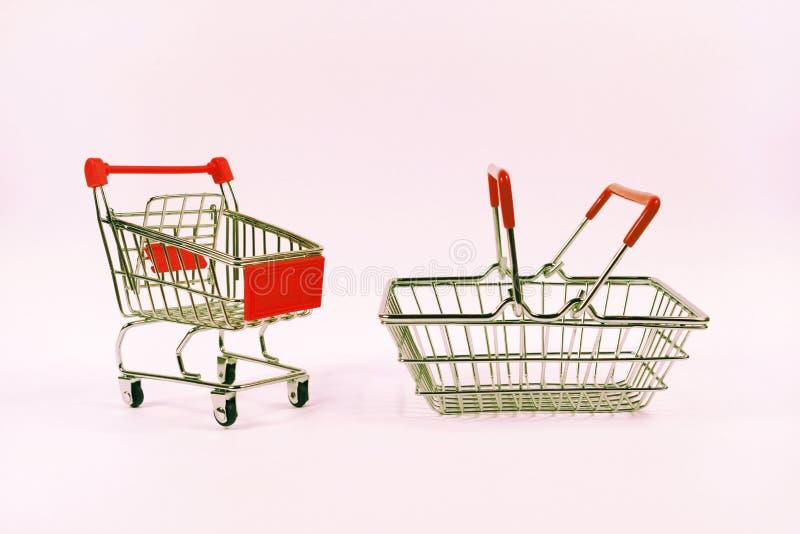 bagaże tła koncepcję czworonożne zakupy białą kobietę Wózek na zakupy, sklepu spożywczego tramwaj, karmowy kosz, boczny widok zdjęcie stock