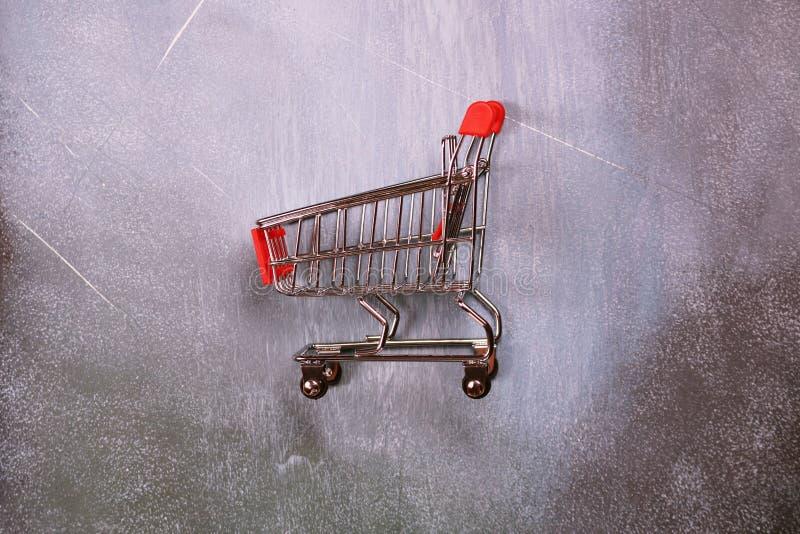 bagaże tła koncepcję czworonożne zakupy białą kobietę Wózek na zakupy na szarość textured tło, odgórny widok obraz royalty free