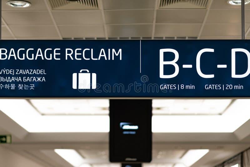 Bagażowy Odzyskuje informacji deskę wśrodku Praga lotniska międzynarodowego - Kwiecień 2019 zdjęcia royalty free