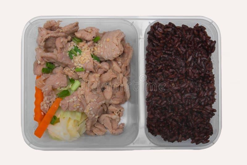 A baga e a agitação do arroz fritaram a carne de porco com o sésamo servido com cenoura e couve fotografia de stock royalty free