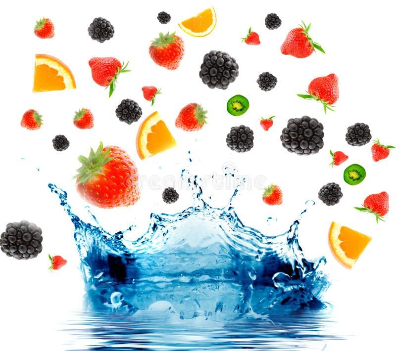 Baga e fruta que caem no suco. fotos de stock