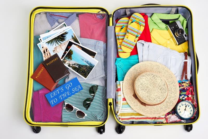 Bagage emballé pour des vacances de famille photographie stock libre de droits