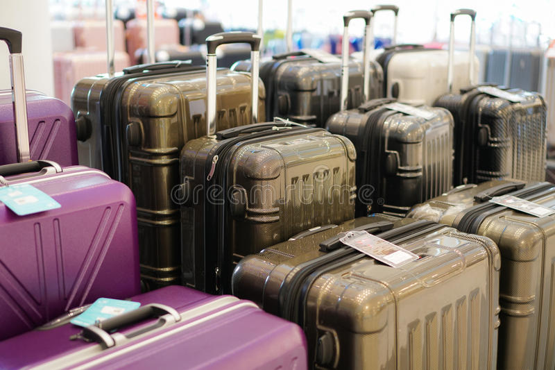 Bagage heel wat grote koffersrugzakken en reiszak stock foto