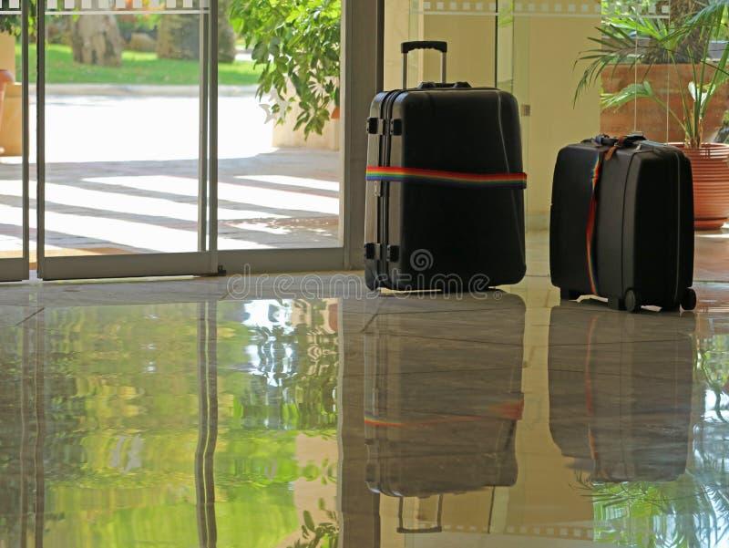 Bagage i lobbyhotellet på ingången, begrepp av incheckningen, ceck-out, väntande på uppsamling arkivbilder