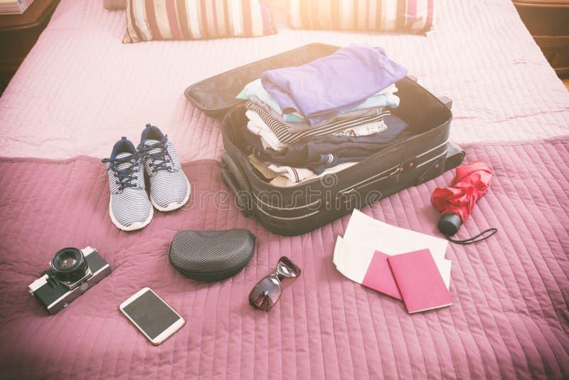 Bagage med kläder och andra objekt arkivfoto