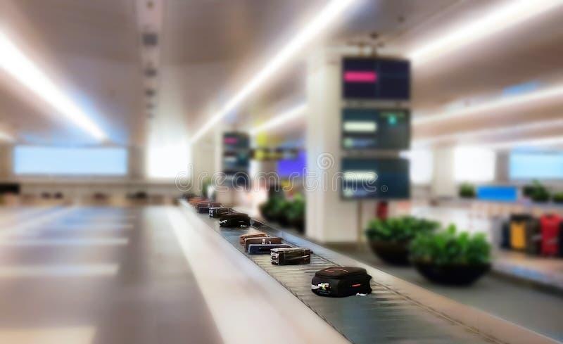 Bagage op de achtergrond van het spooronduidelijke beeld in de achtergrond van het luchthavenonduidelijke beeld royalty-vrije stock foto