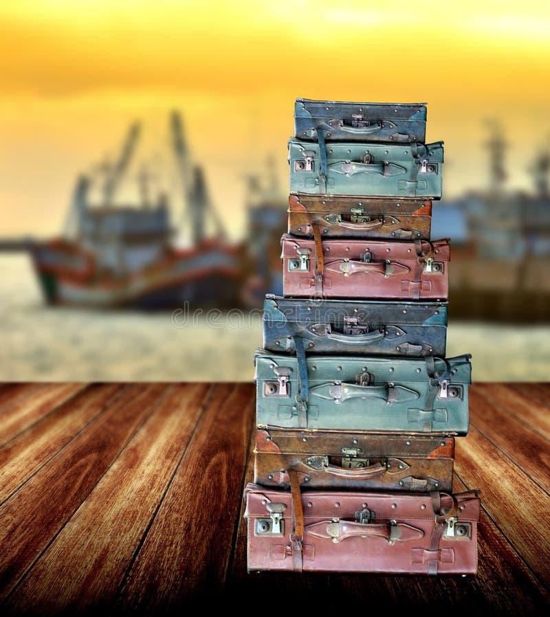 Bagage pour le voyage sur le plancher en bois photo libre de droits