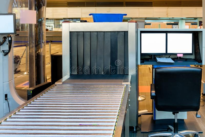 Bagage x-ray scanner in luchthaven stock foto