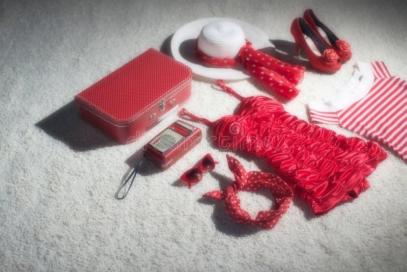 Bagage rouge de vacances d'été de vintage photographie stock libre de droits