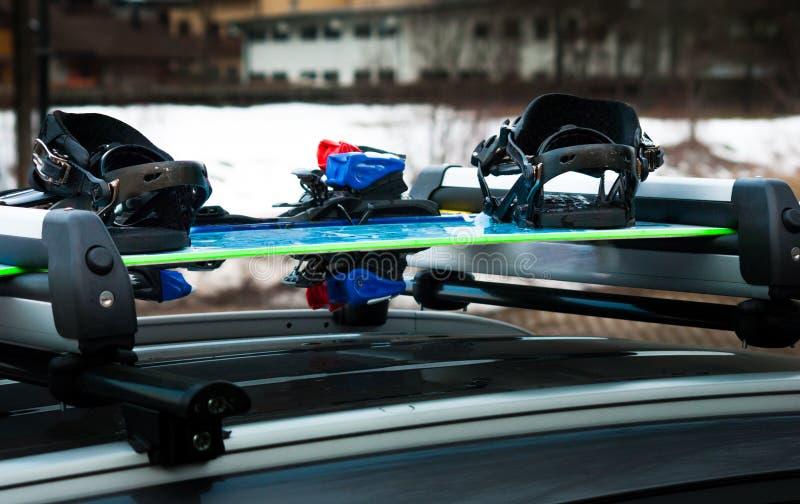 Bagage ski-rek met snowboard en ski op een auto royalty-vrije stock fotografie