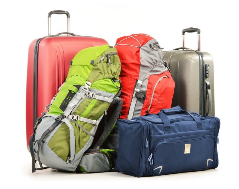 Bagage som består av stora resväskaryggsäckar och, reser hänger lös royaltyfri bild