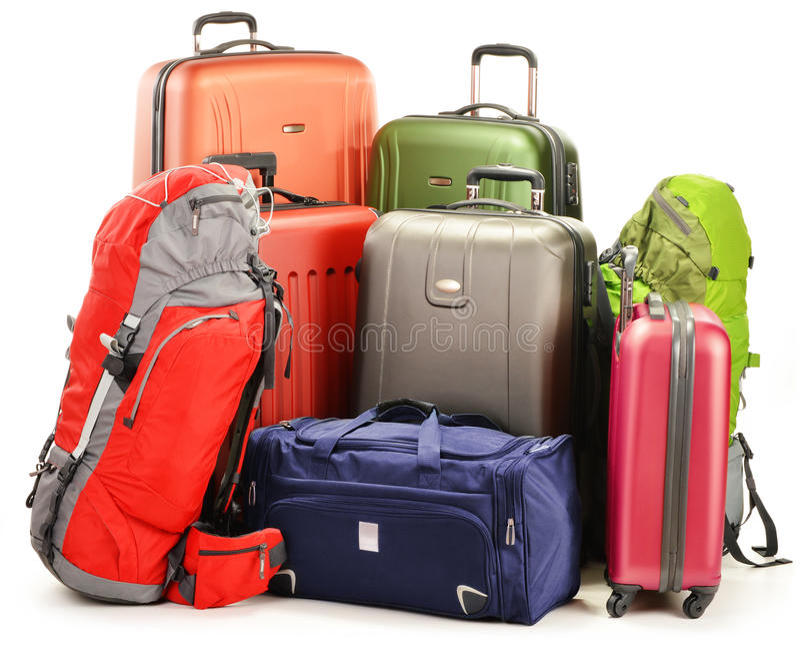 Bagage som består av stora resväskaryggsäckar och, reser hänger lös arkivbild