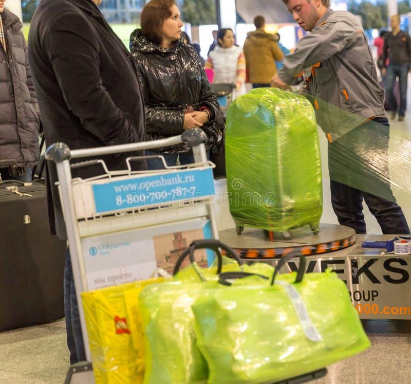 Bagage som slår in service i den Sheremetyevo flygplatsen i Moskva, Ryssland fotografering för bildbyråer