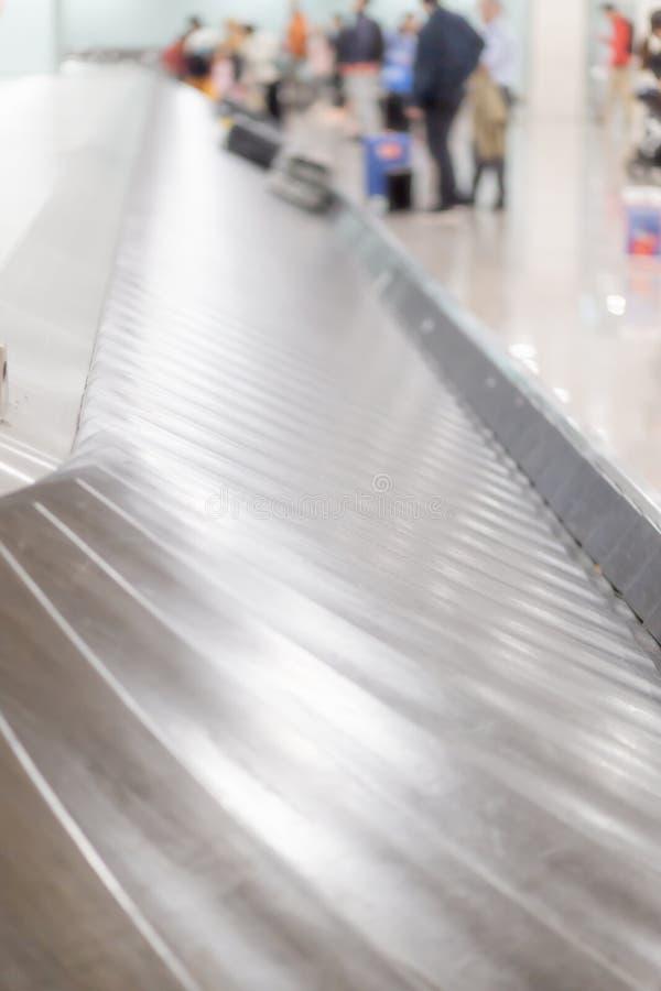 Bagageband på flygplatsen i bagagereklamationen, ut ur fokus arkivbild