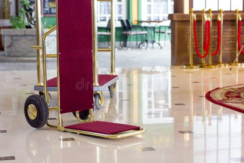 Bagagekar of hotelkarretje in een luxehotel op halstreek royalty-vrije stock fotografie